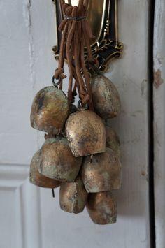 Les traditionnelles cloches montagnardes pour une #deco savoyarde.