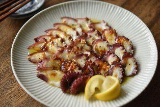 いちばん丁寧な和食レシピサイト、白ごはん.comの『タコの和風カルパッチョの作り方』を紹介しているレシピページです。用意する食材は、ゆでタコ、レモン、にんにくの3種類。シンプルな和風カルパッチョのレシピです。カルパッチョにかけるものも、醤油とオリーブオイルだけなので、手早く作れると思います。
