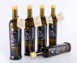 Heraldo || Aceite de Oliva Virgen Extra - 0,5 L. (Caja X 12) HERALDO BLEND: Es un Aceite de Oliva Virgen Extra mas suave, procedente del ensamblaje de aceite Picual de nuestra selección Heraldo Esencial y aceite de Arbequina de la mejor calidad. Botella 0,5 lt. Caja de 12 unidades.