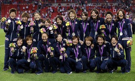 オリンピックで日本サッカー初の銀メダルを獲得した「なでしこジャパン」(写真:AP/アフロ)
