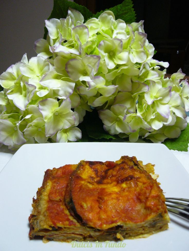 Melanzane alla parmigiana Le melanzane alla parmigiana, o semplicemente parmigiana, è un piatto a base di melanzane fritte e gratinate in forno. Parmigiana