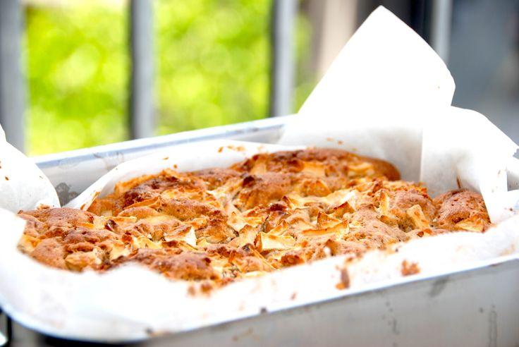 Dejlig æblekage med marcipan, der bages i et lille ildfast fad beklædt med bagepapir. Foto: Guffeliguf.dk.