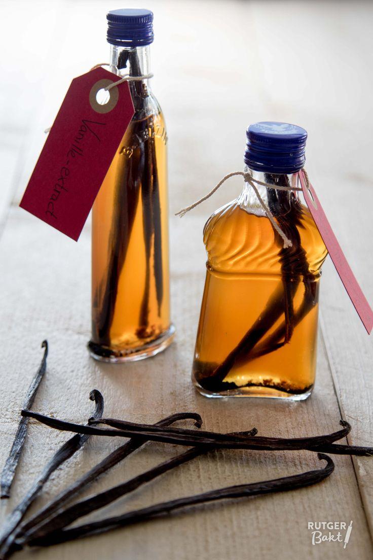 Jullie weten inmiddels hoe graag ik vanille-extract (en geen vanille-aroma!) in mijn bakrecepten gebruik en hoe je het zelf kunt maken. In plaats van een grote fles wodka te gebruiken kan je het ook heel leuk in kleine flesjes maken, waardoor je een superleuk cadeautje hebt voor de feestdagen. Deze kleine flesjes wodka (zonder vanille erin natuurlijk)kocht ik in Duitsland, maar in Nederland zijn ze ook te vinden. Natuurlijk kan je ook een grote fles wodka gebruiken en die overgieten in…