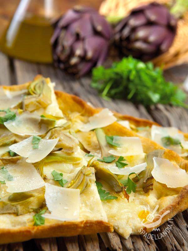 Pizza with artichokes and Parmesan - La Pizza bianca con carciofi e parmigiano è saporita e adatta a tutti. Ideale da sgranocchiare allegramente con gli amici! #pizzabianca #pizaconcarciofi #pizzaalparmigiano
