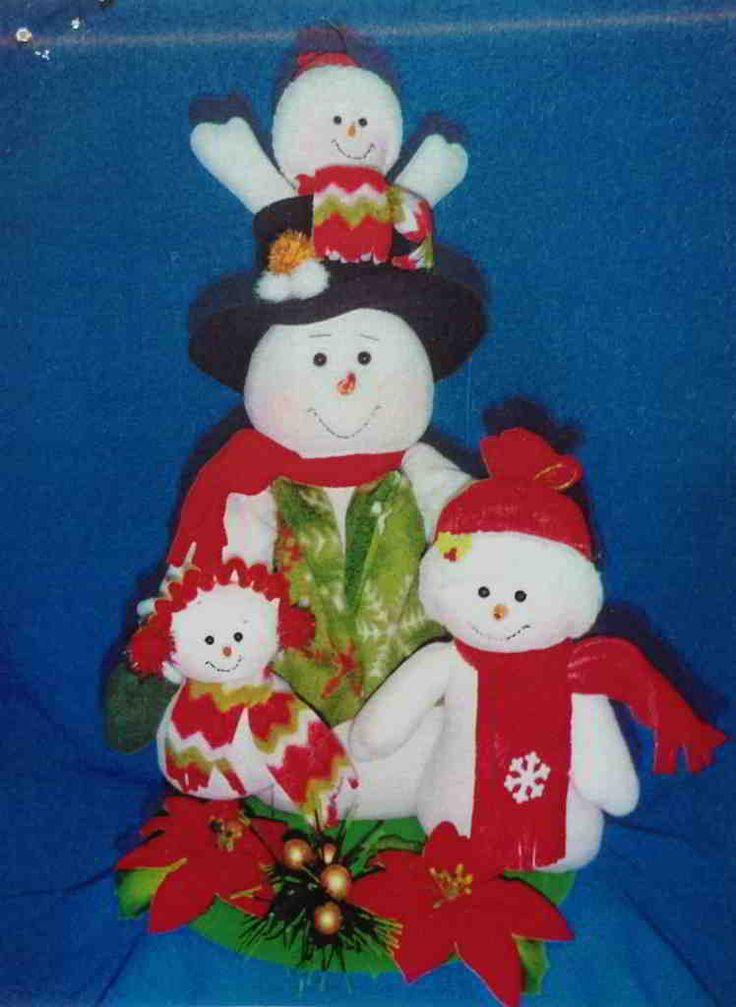 Muñeco de nieve y sus hijos posando para una foto