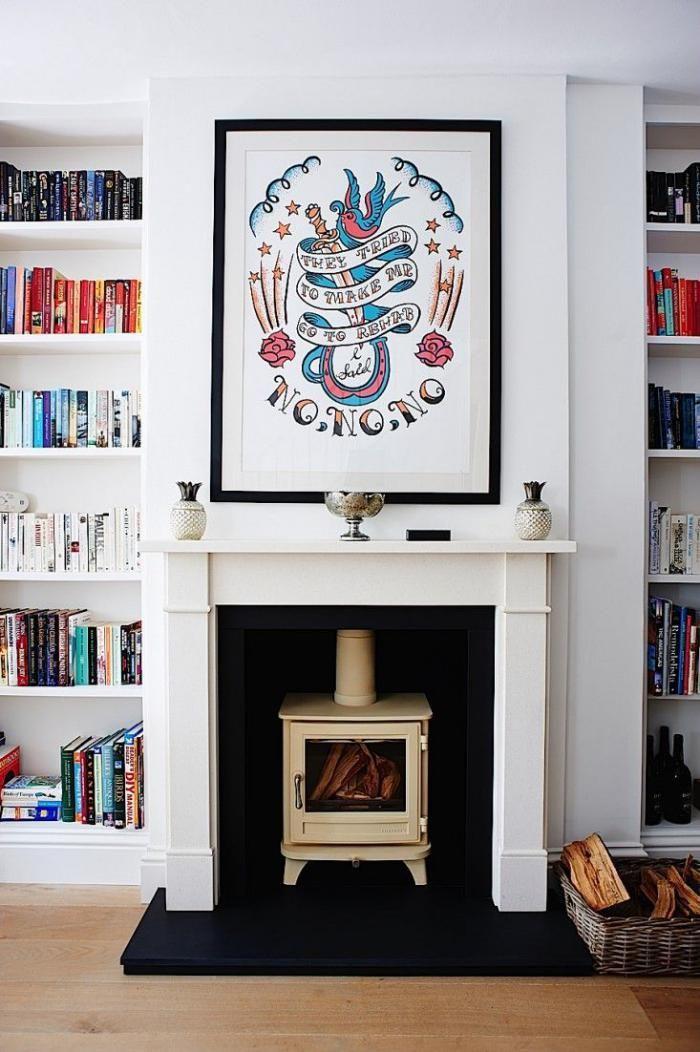 manteau de cheminée, bibliothèque murale blanche et poêle blanc rustique