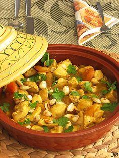 Carolines blog: Pittige tajine met abrikozen en kip  - 1 el olijfolie - 750 g kipfilet, in stukjes gesneden - 2 teentjes knoflook, uitgeperst - 1 grote ui, gesnipperd - ¼ tl kaneel - ½ tl komijn-poeder - ½ tl gemberpoeder - ½ tl kurkumapoeder - 2½ dl hete kippenbouillon - 1 el honing - 150 g gedroogde abrikozen - 1 el maizena - 1 el water - 80 g blanke amandelen, geroosterd - handvol grof gehakte verse korianderblad