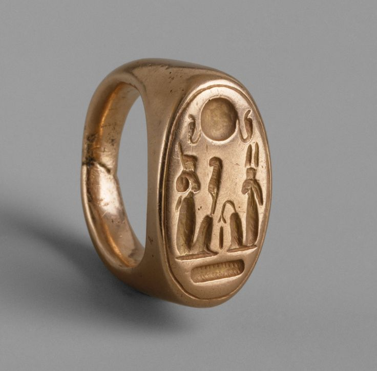 Finger Ring depicting King Akhenaten and Queen Nefertiti as Shu and Tefnut