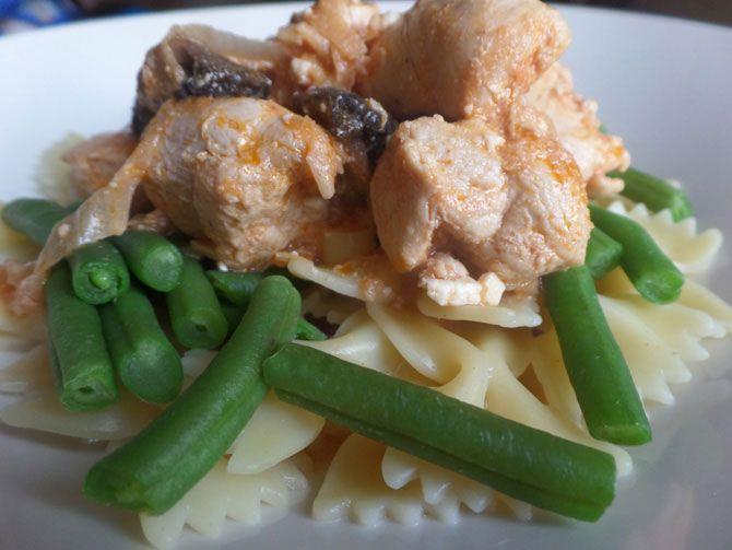 Рецепт на выходные: Куриная грудка с шампиньонами в пряном томатном соусе с брынзой