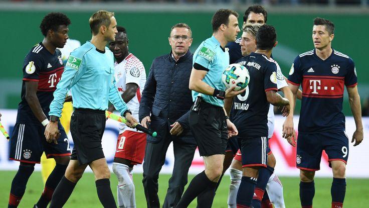 Weil Ralf Rangnick im Pokal gegen den FC Bayern mit Handy auf den Platz stürmte, ermittelt der DFB gegen den Sportdirektor von RB Leipzig.