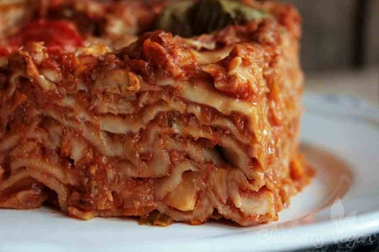 Lasagne ist sicherlich ein Gericht, dass man nicht unter der Woche kocht, sondern am Wochenende, wenn entsprechend mehr Zeit zum Kochen da ist. Dabei ist sie aber nicht wirklich schwierig herzustellen, sie braucht halt ein bisschen Zeit zum Garen. Aber…