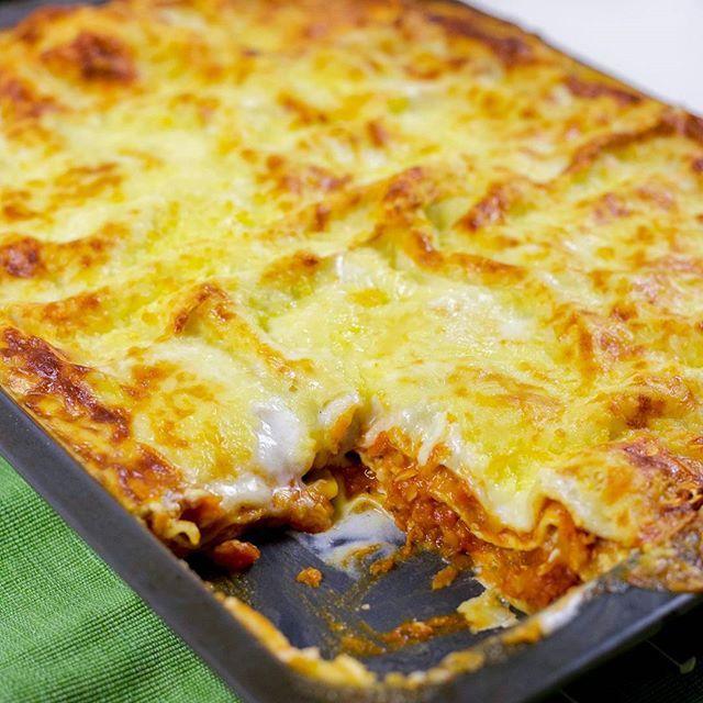 Vegetarisk lasagne med linser💚 Förra veckan önskade familjen sig lasagne till middag. Min man äter inte kött, min son är inte särskilt förtjust i veggofärs, min yngsta vill helst inte ha massa tillagade grönsaksbitar i maten och min äldsta gillar det mesta. Hur gör man alla nöjda?😥🙈 Lasagne med en mustig linssås borde ju funka🤔 Jag brukar laga en vegetarisk bolognese med linser och det älskar alla här hemma. Testade att ha såsen i lasagne och åh så gott det blev😻 Serverade den med…