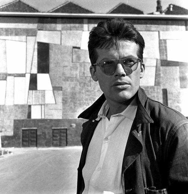 Zbigniew Cybulski na tle mozaiki Anny Fiszer wfilmie z1960 roku