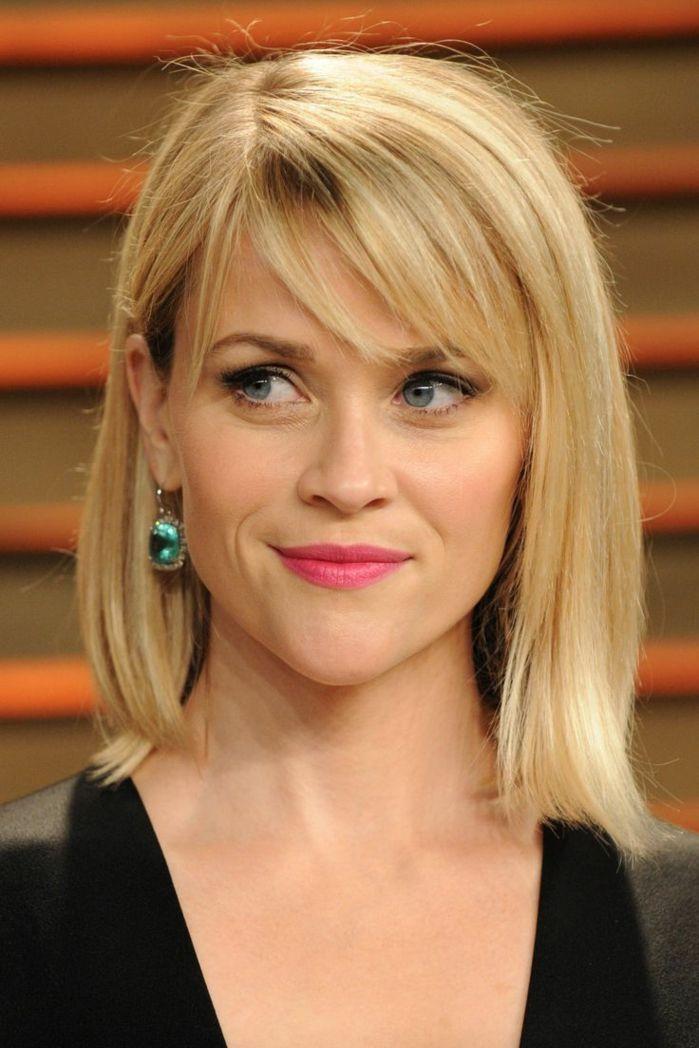 Reese Witherspoon, longue frange sur le côté, cheveux mi-longs blonds avec boucle d'oreille …