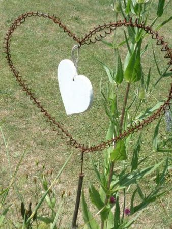 Recycling-deco idea for the garden:   mobile swaying and turning in the wind.  Laundry hanger back and shaped like a heart, old spring mattress, wooden heart