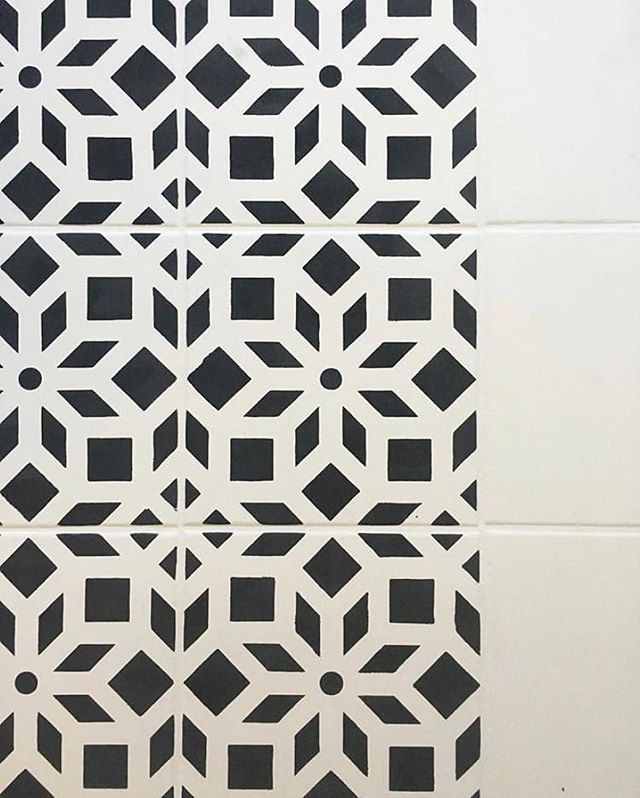 Black And White Painted Old Tile Floor Makeover Ideas On A Budget Using Easy To Use Diy Tile Stencil Patte Stencil Painting On Walls Stencils Wall Tile Stencil