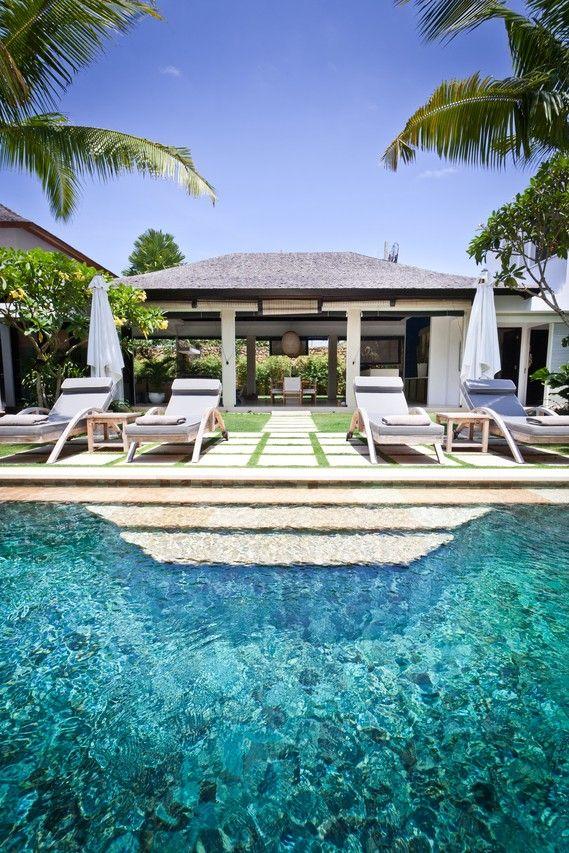 ダイニングを風が吹き抜けるバリ島の邸宅  インドネシア・バリ島南西部の閑静な地区に立つモダンバリ様式の邸宅。主棟、ゲスト用棟、オープンエアのリビングダイニング、プールなどからなり、庭にはさまざまな熱帯性植物が植えられている。200万ドル(約2億1600万円)で売り出し中。
