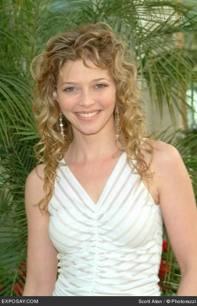 Amanda Detmer, with some serious curl in her hair.