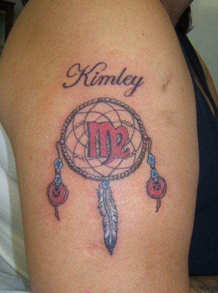 Тату на плече у девушки - знак зодиака дева, надпись и ловец снов
