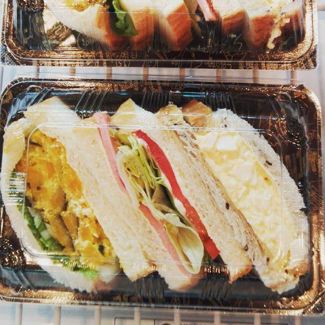 【新作 三種サンド】 人気のたまごサンドに、HLT サンド(ハム、レタス、トマト)、カボチャサラダのサンドイッチの組合せですボリュームたっぷりのサンドイッチをぜひご賞味下さいね  #高槻 #ベーカリー #popeye #サンドイッチ #新作 #ランチ #美味しい #運動会お弁当 #ぱんすたぐらむ焼きたてベーカリー ポップアイ/焼きたてベーカリー POP EYE