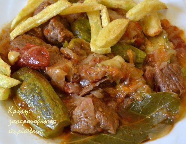 Με κολοκυθάκια και φρέσκια ντομάτα…   Το στιφάδο θεωρείται –και είναι εδώ που τα λέμε- βαρύ φαγητό. Δεν συνηθίζεται στην κλασική του εκδοχή το καλοκαίρι. Βέβαια, σε κάποιες περιοχές της…