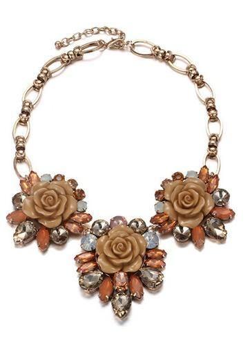 Náhrdelník s květy Menbur béžový Nádherný náhrdelník španělské značky Menbur, který doladí Váš outfit k dokonalosti. Krásný šperk ve tvaru květin v béžových tónech se štrasovými kameny, bižuterie, velikost aplikace cca 17x16 cm (není příliš těžký).
