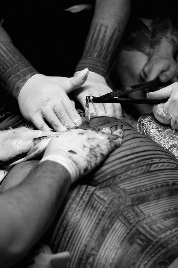 riproposizione odierna della tecnica a puntura tipica del tatuaggio samoano, con strumenti simili agli au tradizionali