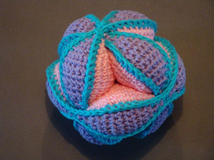 (Made by Susanne Elfrom Nguyen) Hæklet pusle bold (opskrift fundet på http://www.topping.dk/blog/emner/gratis-haekleopskrifter/bolde/)