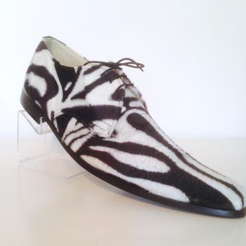 Moderne leren schoen in zebra-print. Ook in ocelot- en tijgerprint te verkrijgen. Voor de moderne man in kostuum, of onder een mooie jeans of pantalon.