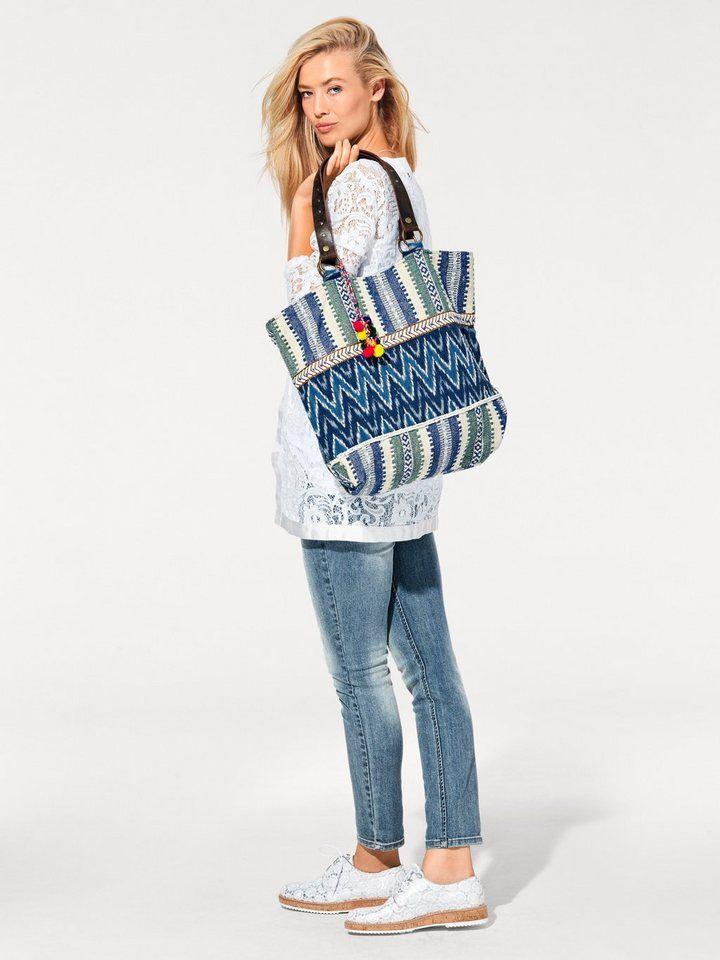 Стильная женская сумка с красивыми заклепками. Размер - около 42х42х12 см. Элегантная и стильная вещица обладает не только красивой деталью, но и практичностью. Это не только дополнение к платью, но и возможность носить с собой все нужные мелочи.