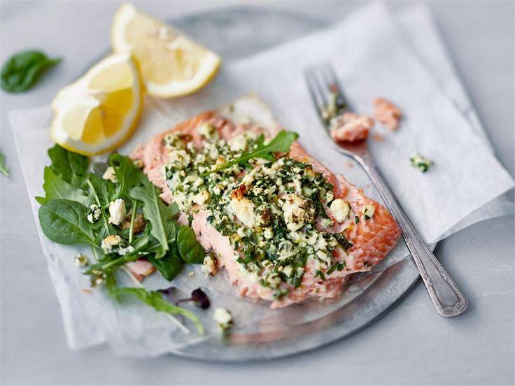 Tässä ohjeessa suomalaisten arkiklassikko, uunilohi, muuntuu todelliseksi AURA juuston ystävän herkkuruoaksi. Kokeile uunilohta keitettyjen perunoiden tai raikkaan salaatin kanssa.