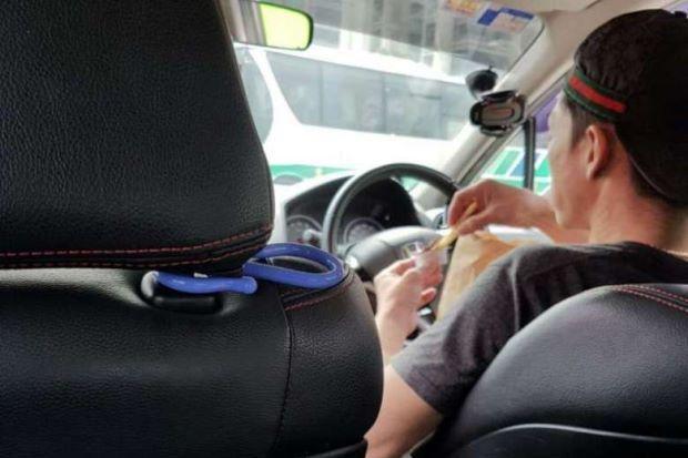 Pemandu Uber makan sambil memandu guna jari kelingking je kawal stereng   Seorang pemandu Uber menjadikan perkhidmatan UberEATS secara terlalu literal hingga mungkin akan memudaratkan dirinya dan penumpang.  Dengan trend semasa kereta tanpa pemandu seorang penumpang Uber pasti merasakan seperti dia menaiki salah satu daripada jenis kenderaan berkenaan.  Pemandu Uber makan sambil memandu guna jari kelingking je kawal stereng  Ia berikutan pemandu kereta yang dinaikinya itu mengawal stereng…