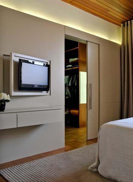 Painel tv, parede e porta embutida de correr, ótima idéia para a nossa suíte!!!! adorei
