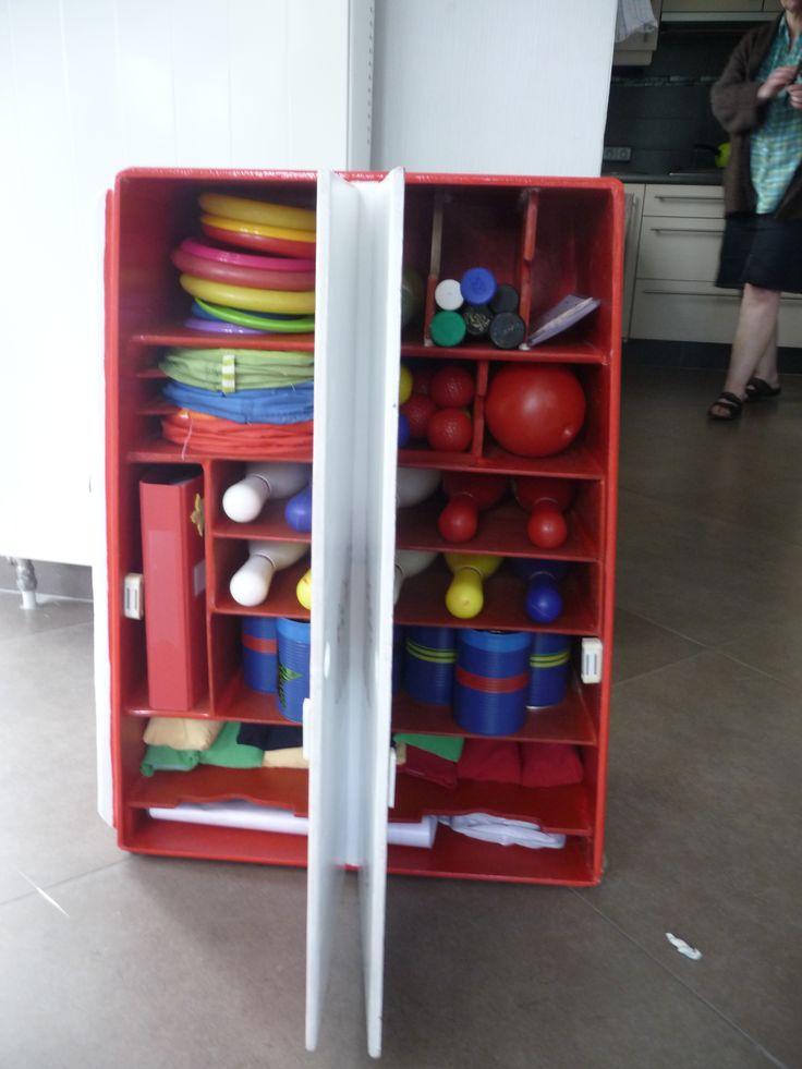 bewegingskoffer binnenkant  spelletjes: bowling, werpringen, blikken gooien, pittenzakjes, ballatjes