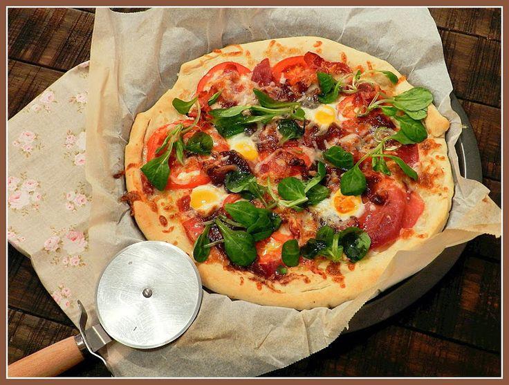Pizza mediterranea de jamos, canonigos y mermelada de higos