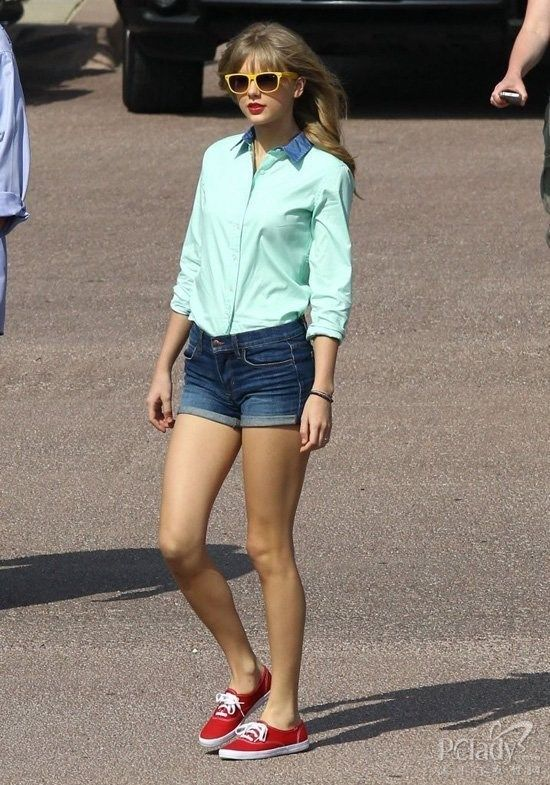 Take the European and American country singer Taylor Swift mass street street show long legs
