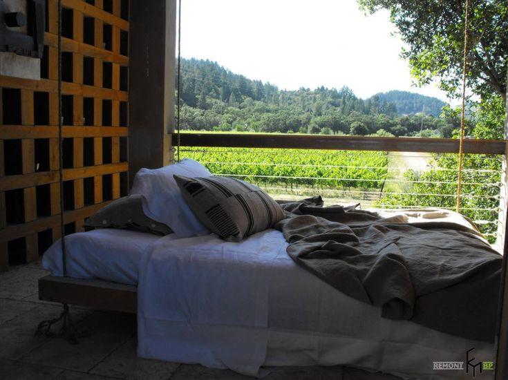 Серое покрывало и подушка на подвесной кровати