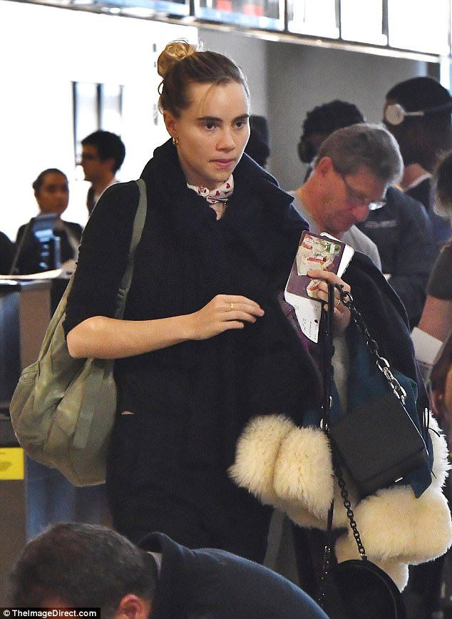 Make-up free Suki Waterhouse jets out of LAX | Daily Mail Online