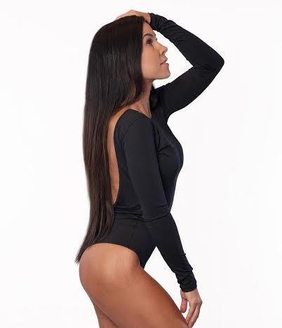 BoomBody Pitkähihainen Body  Naisellinen pitkähihainen body sopii niin tanssitunneille, jogaan, salille kuin vapaa-aikaan. Edessä venekaula-aukko, takana avonainen selkä. Alhaalta string mallinen, joten bodya voi hyvin käyttää legginssien ja housujen kanssa, ilman että näkyy inhottavia saumoja.   <!-- Please call pinit.js only once per page -->
