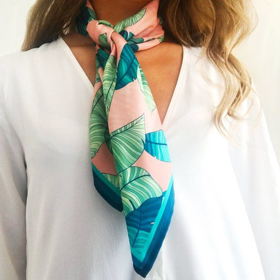 Pin By Jessica Peckmore On Costuraaas In 2021 Head Scarf Outfit Neck Scarf Outfit Silk Scarf Style