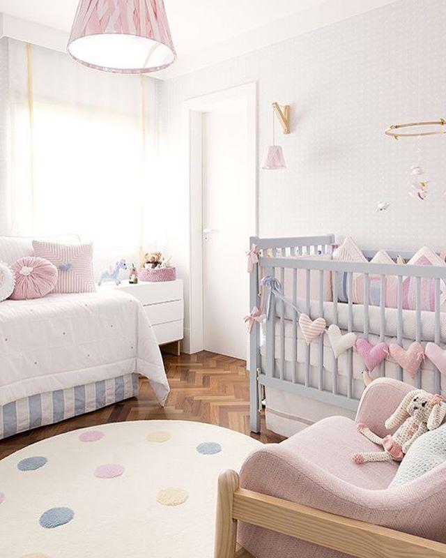 Le rose pastel s'impose naturellement dans la chambre de bébé fille