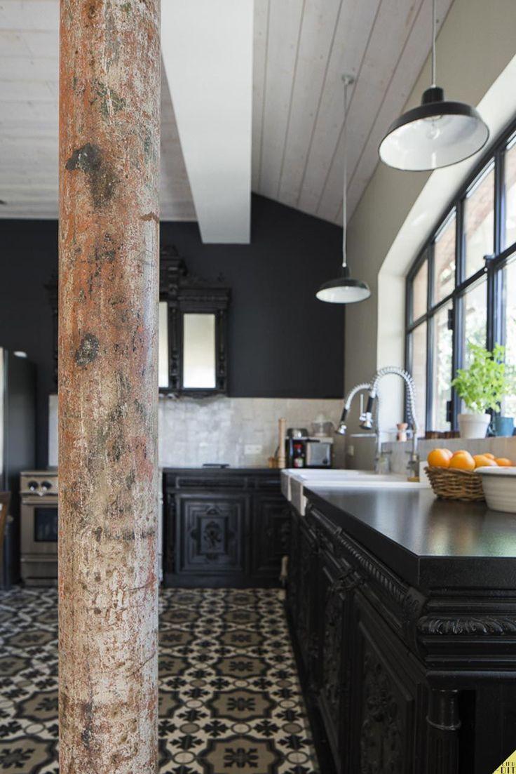 Décoration intérieure / Cuisine kitchen / Noir black / Classique traditionnel / Peinture murale / Meubles peints / Carreaux ciment / idée inspiration