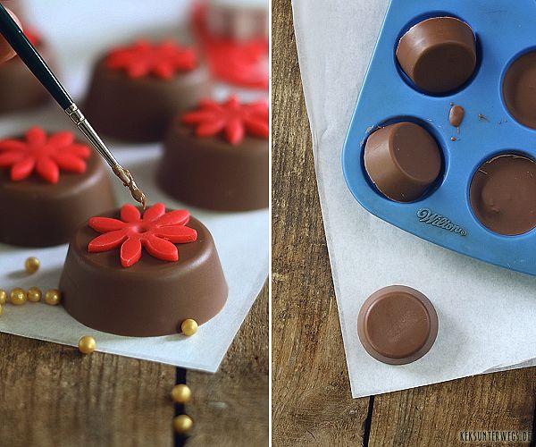 Lecker und ein tolles Mitbringsel: kleine Kekse mit Schokoladenüberzug und Fondantblümchen