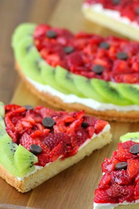 25 Skinny Summer Snacks Your Afternoon Slump Needs We're all about eating between meals, which every nutritionist and study assures us is a good thing. The key is come 4 p.m., choosing something that's both healthy and satisfying. These fresh ideas will do just that on the hottest days.: This awesome combination of pizza topped with fruit can't be beat! Get the recipe at Hungry Happenings.