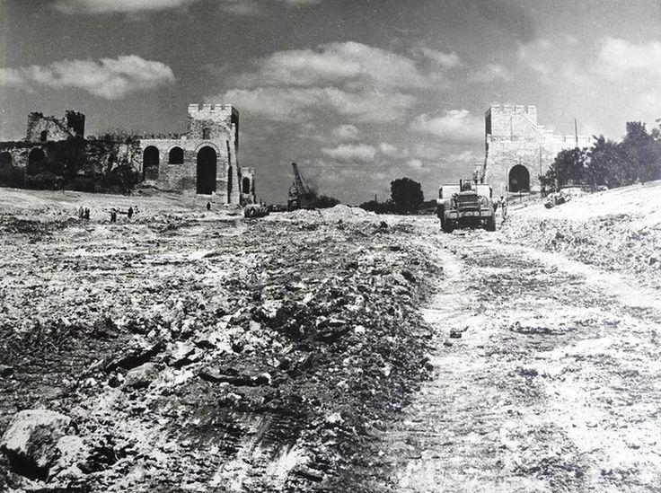 Topkapı Surları yeni yıkılmış, Millet Caddesi'ne giriş yapılıyor.