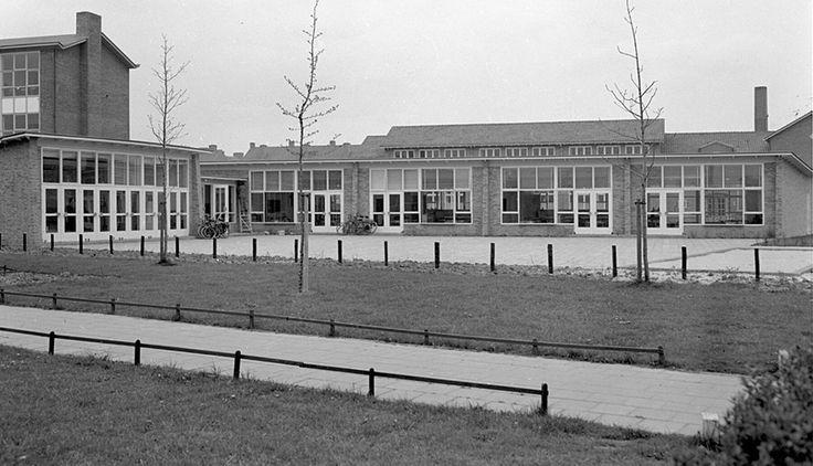 Christelijke kleuterschool 'De Zonnebloem' op de hoek van de Van Vollenhovekade en de Asserstraat (april 1957).