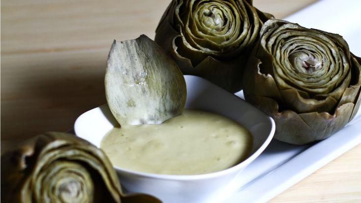 Une recette d'aïoli maison et son artichaut poché présentée sur Zeste et Zeste.tv.