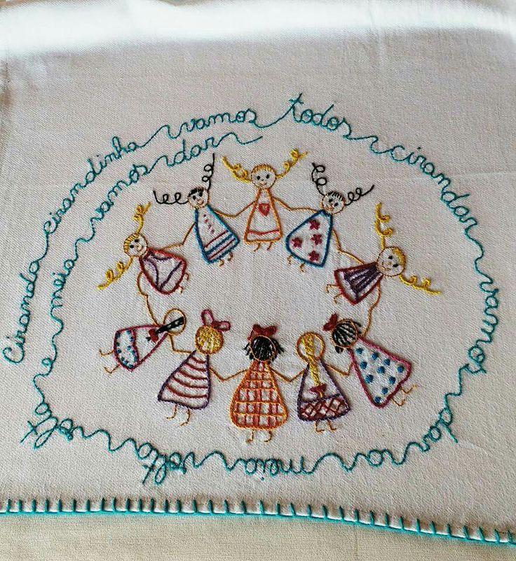 Sugestão de SilMez..... Ciranda, cirandinha... Pontos simples( simples stitch) -  haste(Stem stitch ), cheio( satin stitch), caseado ou cobertor( butonhole stitch), rococó(french coat). Atende quadrinhos de bastidor, bolsinhas, barra de lençol ..