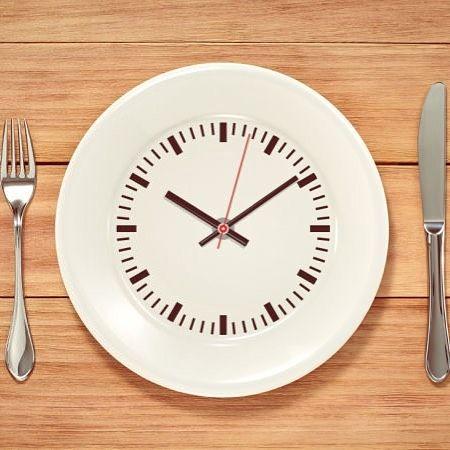 """YARDIM !!! Beslenme düzeniyle ilgili bilgi sahibi biri veya bi diyetisyenin de görüşlerini alırsam çok mutlu olucam. İnternette dolaşırken birisinin sürekli atıştırma yaparak ve 5-6 öğün yiyerek yapılan diyetlerin işe yaramaz olduğunun ortaya çıktığını sürekli bişeyler yemenin vücutta yağlanmaya sebep olduğunu yazmış. Yazıya devam ettiğimde ise İNTERMİTTENT FASTİNG adlı bi diyetin çok kolay ve SAĞLIKLI şekilde kilo verdirdiğini yazmış. Daha sonra altında bi yorum """"700 kalorilik diyet…"""