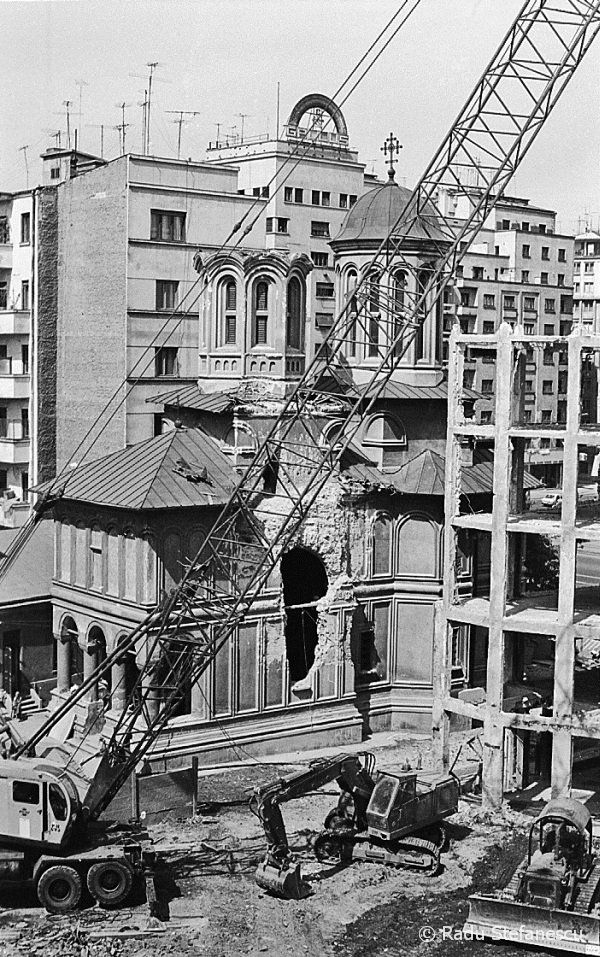 Imediat dupa ce biserica a fost lovita cu bila de demolare, a fost data jos prima turla. — in Bucureşti.